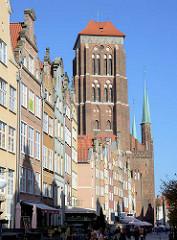 Historische Fassaden Bürgerhäuser - Kirchturm der Marienkirche in Danzig - eine der grössten Backsteinkirchen, erbaut 1343 - 1502.