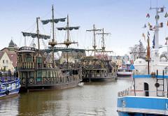 Hafen im Ostseebad Łeba, Polen - Nachbauten von Koggen liegen am Kai - jetzt Ausflugsschiffe.