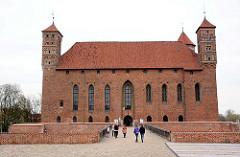 Burg Heilsberg in Lidzbark Warmiński - erbaut von 1350 - 1401; Ordensburg des Deutschen Ordens. Touristen gehen in das Backsteingebäude, in dem sich heute ein Regionalmuseum befindet.