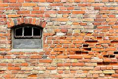 Alte Ziegelmauer mit Fenster - die Mauersteine sind teilweise ausgehöhlt, zerfressen - Architekturbilder aus Anklam.