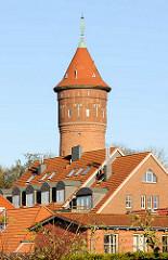 Hausdächer von Bad Segeberg - Wasserturm; erbaut 1910 - Architekt H. T. Teege, Höhe 35 m und hat ein Fassungsvermögen von 200 m³. Der Ziegelturm war bis 1978 in Betrieb.