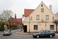 Bilder aus Pelplin, Polen - Haus mit Apotheke, im Hintergrund die Klosterkirche.
