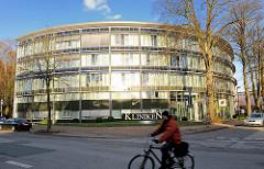 Gebäude der Segeberger Kliniken in Bad Segeberg - Radfahrer auf der Strasse.