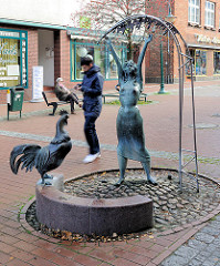 Metallskulptur - Brunnen Goldmarie in der Fussgängerzone von Bad Segeberg. Entwurf Hans Gerd Ruwe.
