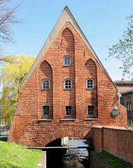 Kleine Mühle in Danzig - errichtet im 14. Jahrhundert über dem Radaunekanal; gotisches Backsteingebäude.