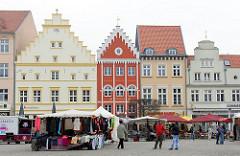 Marktplatz der Hansestadt Greifswald - Wochenmarkt mit Marktständen - historische Hausfassaden.
