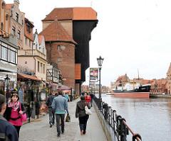 Hafenpromenade an der Mottlau in Danzig - Spaziergänger am Wasser.