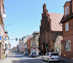 Hauptstrasse in Trzebiatow / Treptow an der Rega; re. die Backsteinfassade der Heiligengeistkapelle / Kaplica Świętego Ducha.
