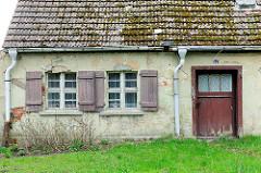 Einfaches Wohnhaus - Holzluken; bemooste Dachziegel - Architekturbilder aus Anklam, Mecklenburg-Vorpommern.