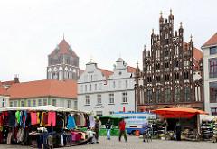 Marktplatz der Hansestadt Greifswald - Wochenmarkt mit Marktständen - historische Hausfassaden; denkmalgeschütztes Bürgerhaus AM MARKT - Backsteingotik, markanter Schaugiebel.