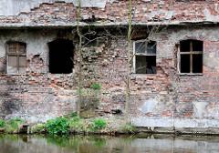 Verfallenes Ziegelfundament - zerbrochenes Fenster; Haus am Ufer der Lyna / Alle.