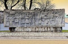 Steinskulptur - Denkmal in Darłowo / Rügenwalde, Polen. Inschrift : Nie rzucim ziemi skąd nasz ród / Unser Vaterland geben wir nicht auf.