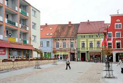 Strassenszene in Lidzbark Warmiński / Heilsberg - modernes Wohnhaus mit Balkons - historische Architektur, Geschäftsstrasse.