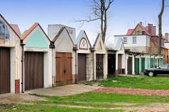 Garagentor aus Holz - Garagenarchitektur mit Giebel versehen - Architekturbilder aus Darłowo / Rügenwalde, Polen.