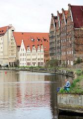 Angler an der Mottlau - historische Speicherruinen und Neubauten in historischer Architektur auf der Speicherinsel Danzig - alt + neu.