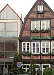Historischer Architekturstil, Fachwerkhaus - moderner Neubau mit grossen Glasfenstern in Buxtehude.