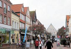 Einkaufsstrasse - Geschäftsstrasse in Buxtehude; verkehrsberuhigte Fussgängerzone, Breite Strasse.