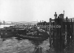 Binnenschiffe / Oberländer-Kähne an den Dalben vom Zollanleger Hamburg Entenwerder - im Hintergrund die Elbbrücken; Zollgrenze zum Hamburger Freihafen.