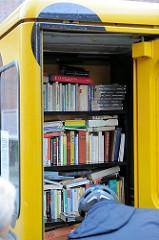 Tauschbücherei in einer Telefonzelle in der Buxtehuder Innenstadt - hier kann ein mitgebrachtes Buch gegen ein Exemplar im Telefonhaus eingetauscht werden.