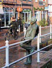Flethenkieker, Bronzeskulptur von Carsten Eggers am Fleth in Buxtehude.
