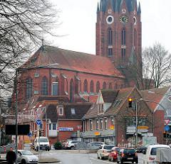 Kirchenschiff und Kirchturm der St. Petrikirche in Buxtehude - Strassenverkehr / Wohnhäuser.
