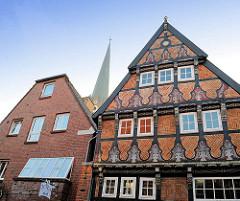 Historische und moderne Architektur in Buxtehude - re. das Fuhrmannhaus, Wohnhaus erbaut 1553; im Hintergrund der Kirchturm der St. Petrikirche.