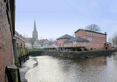 Hafen von Buxtehude bei Niedrigwasser - re. das Gebäude vom Kulturforum am Hafen und die Buxtehuder Malerschule - Industriearchitektur von 1853, ehem. Steingutfarbrik.