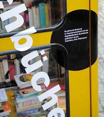 Tauschbücherei Buxtehude, gelbe Telefonzelle mit Büchern; Buxtehude Museum / Stadtbibliothek Buxtehude.