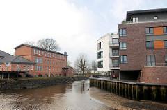 Fotos vom Hafen Buxtehude; rechts neu gebaute Wohnhäuser, lks. Gebäude vom Kulturforum am Hafen und die Buxtehuder Malerschule - Industriearchitektur von 1853, ehem. Steingutfarbrik.
