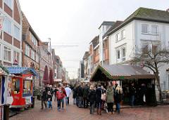Weihnachtsmarkt am Tag - Glühweinstand; Lange Strasse in Buxtehude.