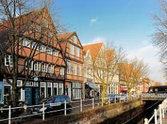 Historische Bürgerhäuser in Buxtehude am Fleth; Wohnhäuser unterschiedlicher Baustile.