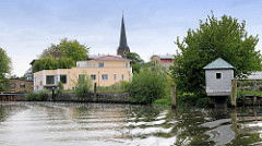 Die ESTE kurz vor der Stadt Buxtehude am Hafen - die Uferpromenade wird neu bebaut - Kirchturm der St. Petrikirche.