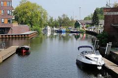Hafen von Buxtehude - mit Sportbooten schiffbare ESTE; Boote liegen am Steg.