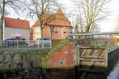 Alte Schleuse mit Holztoren / Flethschleuse - historisches Gebäude - Marschtorzwinger; Rundturm - Teil der ehem. Stadtmauer von Buxtehude.