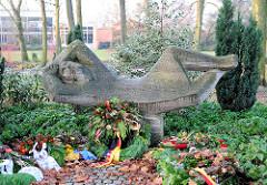 Denkmal im Stadtpark Buxtehude - liegende Figur, Inschrift 1939 - Kränze.