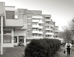 Moderne Architektur - Plattenbauten; mehrstöckige Wohnhäuser, Balkons.