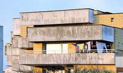 Wohnhäuser in Buxtehude - Architektur der 1970er Jahre; Betonarchitektur - massive Balkons.