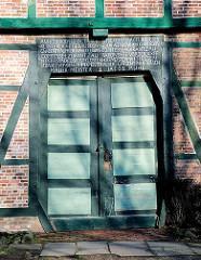 Inschrift über der Tür des Fachwerkgebäudes, das sogen. Vorwerk des Stiftes vom Kloster Uetersen - Inschrift  ANNO 1818 DEN 12. OCTOBER IST DER ERSTE NAGEL IN DIESES KLÖSTERLICHE GEBÄUDE EINGESCHLAGEN VON IHR HOCHWÜRDEN GNADEN FRAU PRIORIN ...
