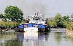 Binnenschiff auf der Pinnau in Fahrt Richtung Hafen Uetersen.