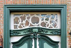 Eingangstür / Oberlicht mit Schnitzereien versehen - 1763 erbautes Konventualinnenhaus am Klosterhof in Uetersen, Kreis Pinneberg.