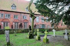 Kirchhof (Jungfernfriedhof) der Klosterkirche in Uetersen, Kreis Pinneberg. Im Hintergrund die Barockarchitektur vom Südhaus.