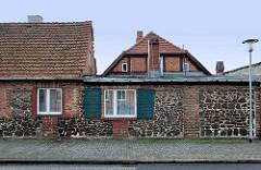 Mitte des 19. Jahrhunderts entstanden Stadtmauer Ludwigslust - hier Teil eines Wohnhauses; Fenster mit Holzläden.