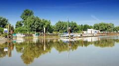 Sportboothafen Uetersen am Stichhafen; Sportboote, Segelboote liegen an der Kaimauer und dem Steg - bei Niedrigwasser ist die Einfahrt verschlickt.