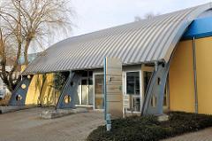 Moderne Architektur - Kundencenter der Stadtwerke in Ludwigslust - Metalldach.