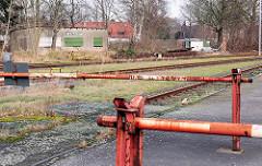 Alte Schranken / Gleisanlage - stillgelegtes Bahngebäude mit dem Schild Uetersen Ost.