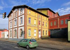 Gebäude der Klostermühle in Uetersen, Kreis Pinneberg - farbige Fassade, Gründerzeitarchitektur / Industriearchitektur.