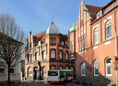 Klinkerarchitektur, Ziegelfassade - lks.ehem. Volksbank, erbaut 1901 - re. ehemalige  Sparkasse, erbaut 1908 in Uetersen - Kreuzung Kuhlenstrasse / Kreuzstrasse.