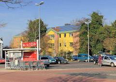 Parkplatz eines Supermarkts in Uetersen - im Hintergrund das Rathaus Tornesch, direkt an der Grenze zu Uetersen gelegen; die beiden Gemeinden Tornesch + Uetersen haben einen Zusammenschluss diskutiert, der in einem Bürgerentscheid von Tornescher Seit