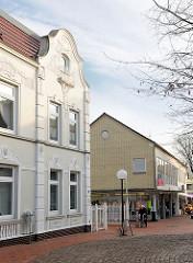 Historische Jugendstilarchitektur - Wohnhaus in Uetersen; schlichter Gewerbebau mit gelber Klinkerfassade, Geschäft - Fotos aus der Stadt Uetersen, Kreis Pinneberg.