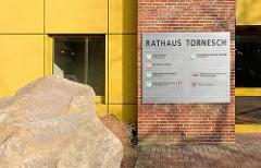 Schild Rathaus Tornesch, Kreis Pinneberg - direkt auf der Grenze zu Uetersen gelegen.